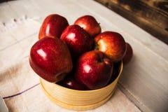 Κόκκινα μήλα επάνω στο ξύλινο κύπελλο στοκ φωτογραφία με δικαίωμα ελεύθερης χρήσης