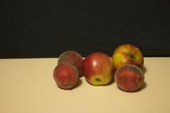 Κόκκινα μήλα και ροδάκινα Στοκ φωτογραφία με δικαίωμα ελεύθερης χρήσης