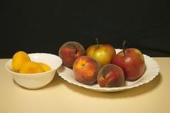 Κόκκινα μήλα και ροδάκινα Στοκ Εικόνα