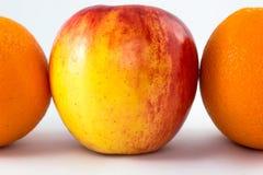 Κόκκινα μήλα με το μισό πορτοκάλι Στοκ εικόνα με δικαίωμα ελεύθερης χρήσης