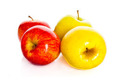 Κόκκινα μήλα που απομονώνονται στα άσπρα υγιή τρόφιμα φρούτων υποβάθρου Στοκ Εικόνες