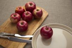 Κόκκινα μήλα σε έναν πίνακα Στοκ φωτογραφία με δικαίωμα ελεύθερης χρήσης