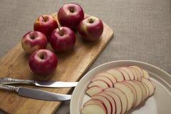 Κόκκινα μήλα σε έναν πίνακα Στοκ εικόνα με δικαίωμα ελεύθερης χρήσης