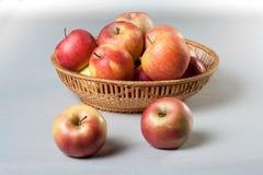 Κόκκινα μήλα σε ένα καλάθι Στοκ Εικόνα