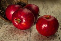 Κόκκινα μήλα σε ένα καλάθι Στοκ φωτογραφίες με δικαίωμα ελεύθερης χρήσης