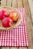 Κόκκινα μήλα στο καλάθι Στοκ Εικόνες