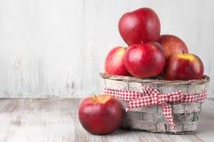 Κόκκινα μήλα στο καλάθι Στοκ εικόνα με δικαίωμα ελεύθερης χρήσης