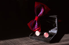 Κόκκινα μανικετόκουμπα και κόκκινο bowtie Στοκ Φωτογραφίες