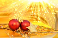 Κόκκινα μπιχλιμπίδια Χριστουγέννων στο κίτρινο υπόβαθρο στοκ φωτογραφίες
