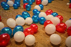 κόκκινα, μπλε και άσπρα μπαλόνια σε ένα ξύλινο πάτωμα παρκέ, που συμβολίζει το ρωσικό tricolor στοκ εικόνα με δικαίωμα ελεύθερης χρήσης