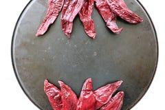 Κόκκινα ξηρά πιπέρια στο κυκλικό σκουριασμένο πιάτο Στοκ Φωτογραφία