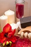Κόκκινα λουλούδι και κεριά Στοκ φωτογραφίες με δικαίωμα ελεύθερης χρήσης