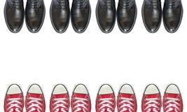 Κόκκινα πάνινα παπούτσια και επιχειρησιακά παπούτσια ατόμων Στοκ φωτογραφία με δικαίωμα ελεύθερης χρήσης