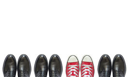 Κόκκινα πάνινα παπούτσια και επιχειρησιακά παπούτσια ατόμων Στοκ Φωτογραφίες