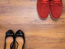Κόκκινα πάνινα παπούτσια και παπούτσια των μαύρων γυναικών Στοκ Εικόνα