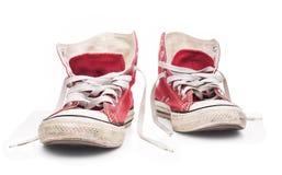 Κόκκινα πάνινα παπούτσια με τις άσπρες δαντέλλες Στοκ Εικόνες