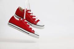 κόκκινα πάνινα παπούτσια πα& Στοκ φωτογραφίες με δικαίωμα ελεύθερης χρήσης