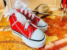 Κόκκινα παπούτσια, γυαλιά ηλίου και εκλεκτής ποιότητας καπέλα ύφους κατάλληλα για το ταξίδι με σκοπό τις διακοπές στοκ εικόνες