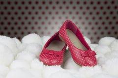 Κόκκινα παπούτσια με τα σημεία Πόλκα για τα κορίτσια στοκ φωτογραφίες