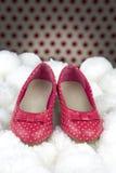 Κόκκινα παπούτσια με τα σημεία Πόλκα για τα κορίτσια στοκ εικόνες