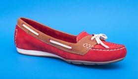 Κόκκινα παπούτσια μπαλέτου στο μπλε υπόβαθρο Στοκ φωτογραφίες με δικαίωμα ελεύθερης χρήσης