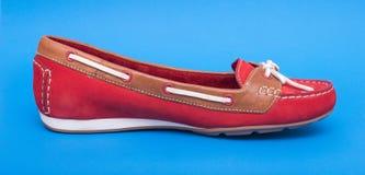 Κόκκινα παπούτσια μπαλέτου στο μπλε υπόβαθρο Στοκ Εικόνες