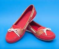 Κόκκινα παπούτσια μπαλέτου στο μπλε υπόβαθρο Στοκ Φωτογραφία