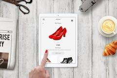 Κόκκινα παπούτσια on-line αγορών γυναικών με την ταμπλέτα Στοκ εικόνα με δικαίωμα ελεύθερης χρήσης