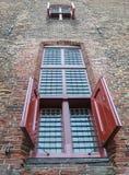 Κόκκινα παραθυρόφυλλα στο παλαιό παράθυρο κάστρων στοκ φωτογραφίες