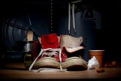 Κόκκινα παλαιά πάνινα παπούτσια από απορρίματα Στοκ φωτογραφία με δικαίωμα ελεύθερης χρήσης