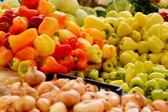 Κόκκινα πιπέρια, πράσινα πιπέρια, κίτρινα πιπέρια Στοκ φωτογραφία με δικαίωμα ελεύθερης χρήσης