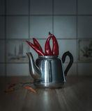 Κόκκινα πιπέρια τσίλι teapot μετάλλων Στοκ εικόνες με δικαίωμα ελεύθερης χρήσης