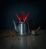 Κόκκινα πιπέρια τσίλι teapot μετάλλων Στοκ Φωτογραφία