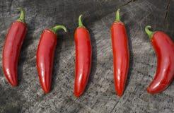 Κόκκινα πιπέρια Serrano σε ένα ξύλινο υπόβαθρο Στοκ Φωτογραφίες