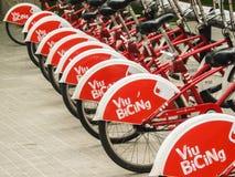 Κόκκινα ποδήλατα που στέκονται σε μια σειρά στοκ εικόνες