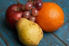 Κόκκινα πορτοκάλι και σταφύλια αχλαδιών μήλων νωπών καρπών Στοκ Εικόνα