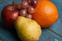 Κόκκινα πορτοκάλι και σταφύλια αχλαδιών μήλων νωπών καρπών Στοκ φωτογραφία με δικαίωμα ελεύθερης χρήσης