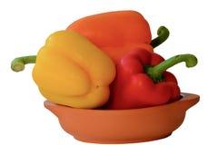 Κόκκινα, πορτοκαλιά και κίτρινα πιπέρια κουδουνιών capsicums της Νίκαιας σε ένα δοχείο αργίλου τερακότας Έννοια της υγιεινής διατ στοκ φωτογραφίες