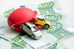 Κόκκινα πορτοφόλι, αυτοκίνητα και ευρώ Στοκ εικόνα με δικαίωμα ελεύθερης χρήσης