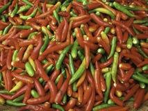 Κόκκινα, πράσινα και κίτρινα πιπέρια τσίλι Στοκ φωτογραφία με δικαίωμα ελεύθερης χρήσης