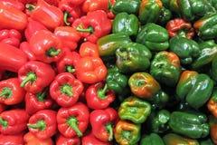 Κόκκινα & πράσινα πιπέρια Στοκ εικόνα με δικαίωμα ελεύθερης χρήσης