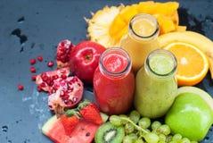 Κόκκινα πράσινα πορτοκαλιά τροπικά φρούτα καταφερτζήδων χυμών Στοκ Εικόνες