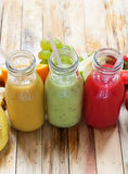 Κόκκινα πράσινα πορτοκαλιά φρούτα μπουκαλιών καταφερτζήδων χυμών υπόλοιπου κόσμου Στοκ εικόνα με δικαίωμα ελεύθερης χρήσης