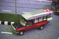 Κόκκινα πρότυπα φέρνοντας αγαθά παιχνιδιών ανοιχτών φορτηγών Στοκ Εικόνα