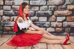 Κόκκινα πόδια νυχιών δερματοστιξιών ακρωτηρίων γυναικών έξω Στοκ Εικόνα