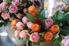 Κόκκινα πλαστικά τριαντάφυλλα σε ένα κατάστημα Στοκ φωτογραφίες με δικαίωμα ελεύθερης χρήσης