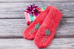 Κόκκινα πλεκτά κεντημένα γάντια αυτό μεγάλο δώρο ` s για το νέο έτος Στοκ εικόνες με δικαίωμα ελεύθερης χρήσης