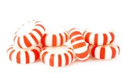 Κόκκινα ριγωτά peppermints σε ένα λευκό Στοκ Φωτογραφίες
