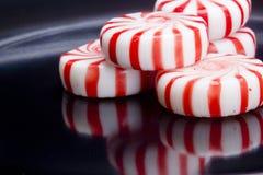 Κόκκινα ριγωτά Peppermints Στοκ φωτογραφίες με δικαίωμα ελεύθερης χρήσης