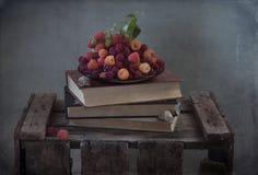 Κόκκινα σμέουρα σε ένα πιάτο Στοκ Φωτογραφίες